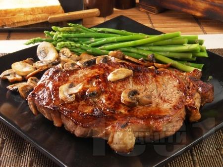 Свински котлет / каре на тиган с бяло вино, горчица, гъби и аспержи - снимка на рецептата